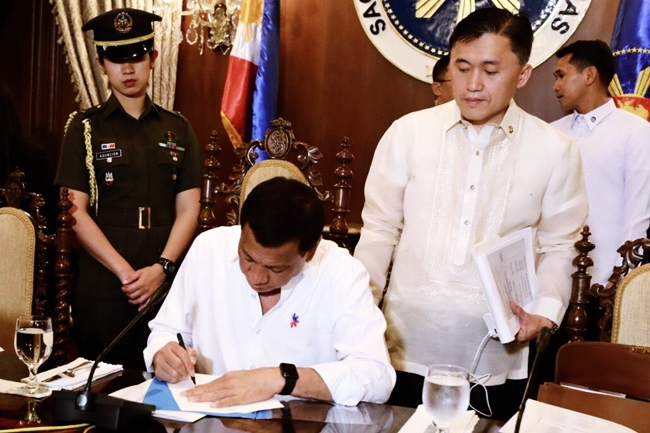 DUTERTE SIGNING FOR APPOINTMENT OF ROY CIMATU AS DENR SEC