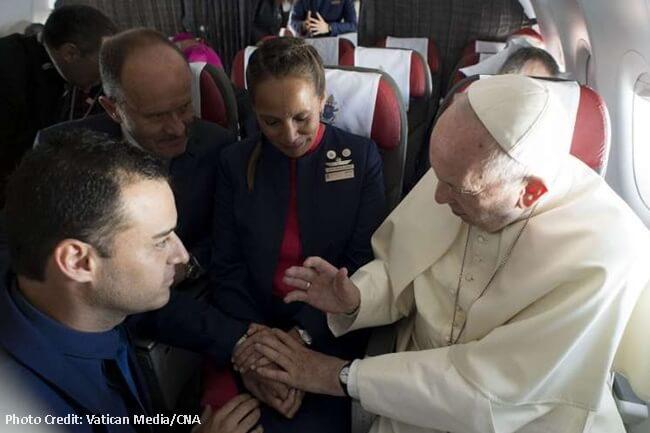 FLIGHT ATTENDANTS IKINASAL NI POPE FRANCIS SA PAPAL PLANE HABANG NASA HIMAPAPAWID