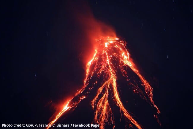 MAYON VOLCANO LAVA FOUNTAINING JANUARY 22 2018 940PM