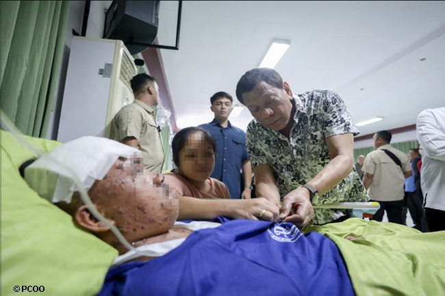 DUTERTE VISITS WOUNDED SOLDIERS