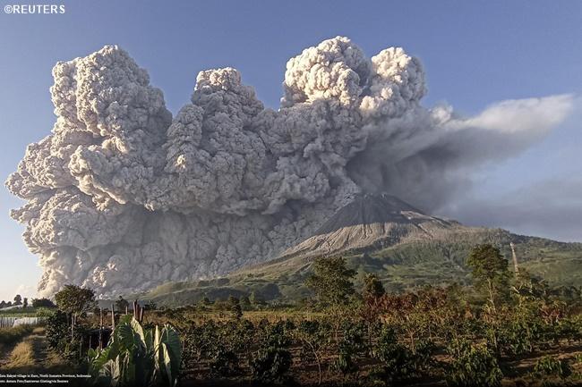 Mount sinabung indonesia